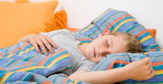 Τα παιδιά κοιμούνται καλύτερα όταν έχουν καθορισμένη ώρα για ύπνο