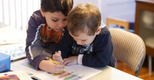 Τα μικρότερα αδέρφια των παιδιών με αυτισμό και ΔΕΠΥ αντιμετωπίζουν και τα ίδια αυξημένο κίνδυνο για τις δύο διαταραχές