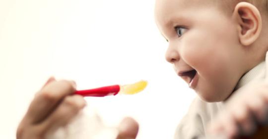 Στερεά τροφή: Πως θα καταλάβετε ότι το μωρό σας είναι έτοιμο – Ποια τρόφιμα συνιστώνται