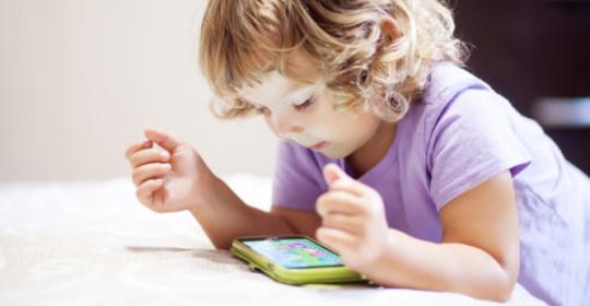 Παιδιά: Πόσο επηρεάζουν τα μάτια τους τα παιχνίδια στο κινητό