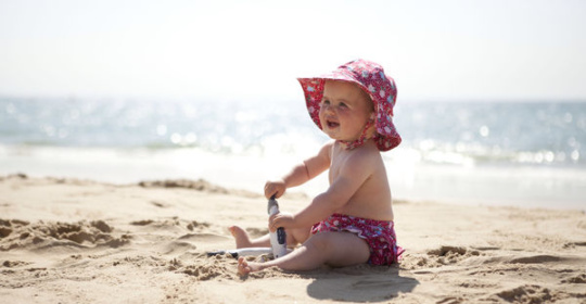 Παιδιά και ζέστη: Πώς αντιμετωπίζεται ο καύσωνας ή η υπερβολική ζέστη μέσα στο σπίτι;