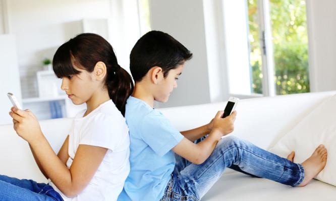 Παιδί και εθισμός στο κινητό τηλέφωνο: Πώς μπορούν να παρέμβουν εποικοδομητικά οι γονείς